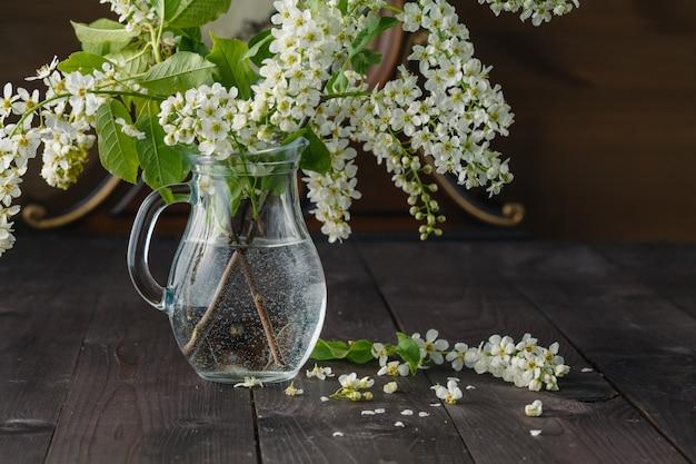 花瓶と木製の背景の色でおいしいマカロンの春の花束