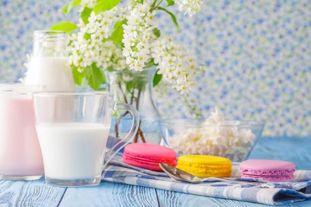 Стакан молока с французским миндальным печеньем