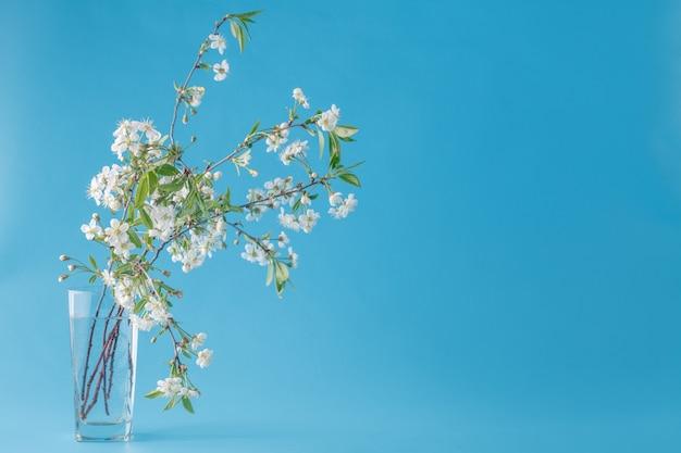 ミントブルーの背景に花の春の花束