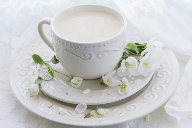 Масала чай чай латте домашнее традиционное индийское сладкое молоко со специями напитком в фарфоровой чашке на стене деревянного стола