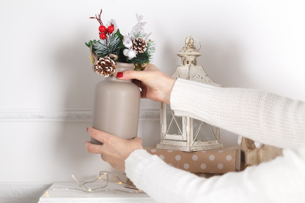 暖炉のマントルのカラフルなクリスマスの装飾