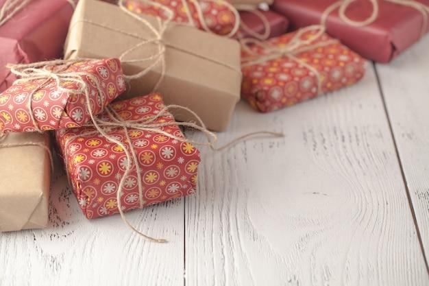 Новогоднее украшение подарочной коробки на столе