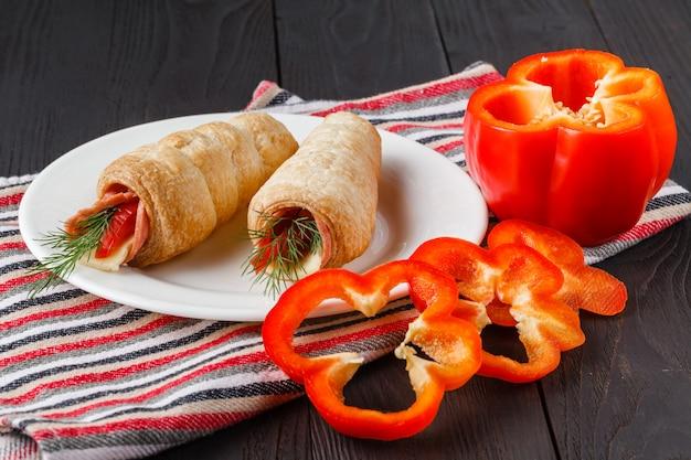 Обертки по-суши с куриными пепперони, овощами и орехами. полезные перекусы