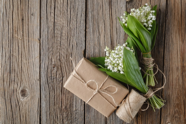 自然の木製の背景に花束スズラン