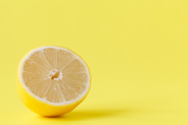 Свежесрезанные половинки и целые лимоны