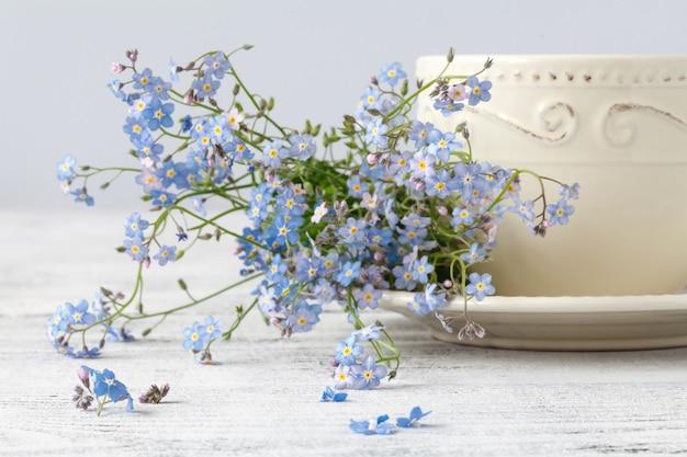 一杯のお茶は私を忘れないで木製の壁に花