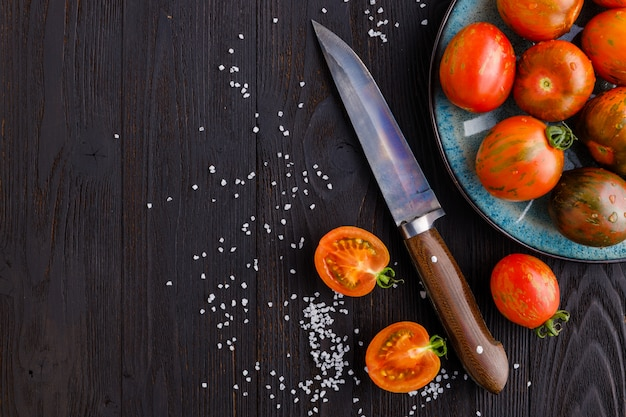 暗い背景に赤、完熟トマト。トマトの収穫。上面図。コピースペース
