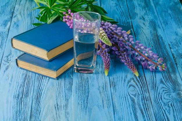 Книги и люпин в саду