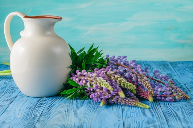 Летние полевые цветы на синем столе