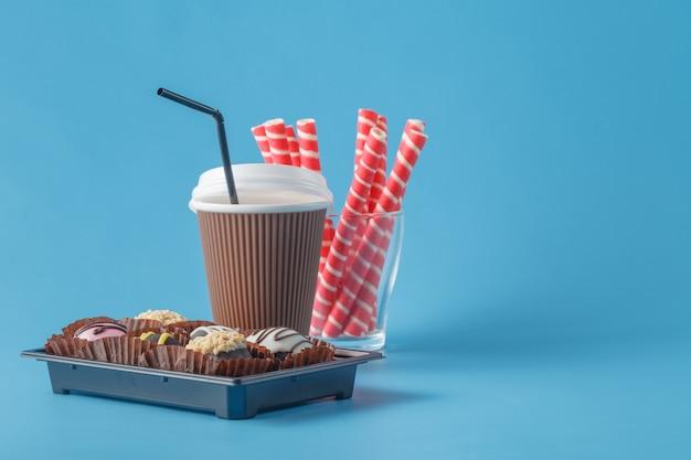 Быстрый кофе и сладости на синем