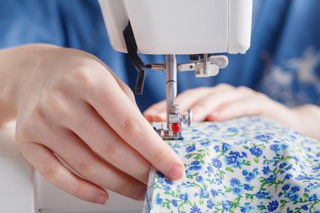 針と糸、および色付きの糸を使ったミシンでの作業