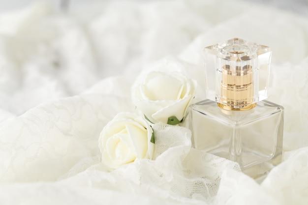 みすぼらしいシックな真珠のネックレスとレースの女性の化粧台にガラスの香りのボトル