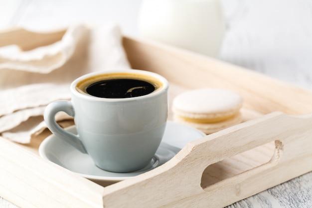 一杯のエスプレッソまたはコーヒーの白いサービングトレイ