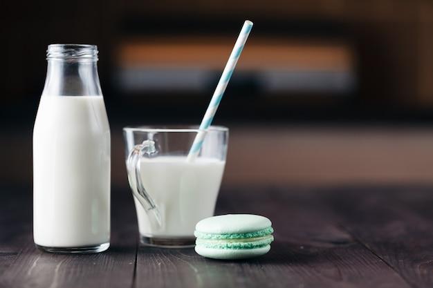 Стакан молока с печеньем на деревенский деревянный столик с копией пространства