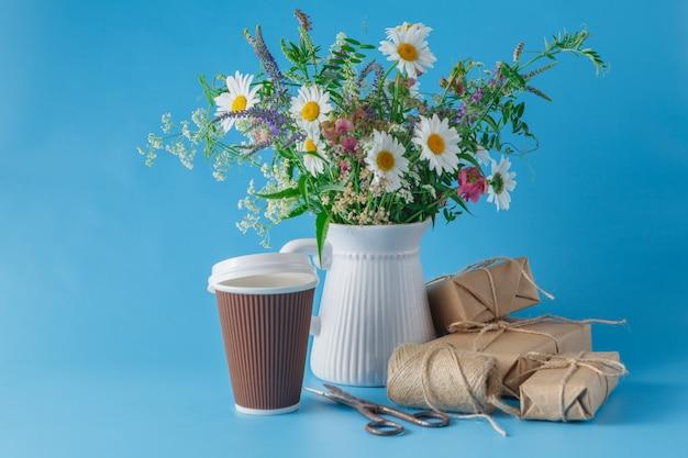 テーブルの上のコーヒーの紙コップ
