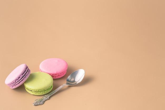 Вид сверху вкусных цветных миндальное печенье