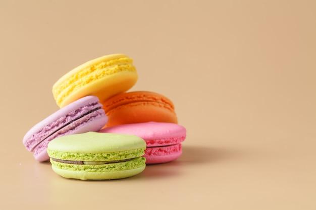 Красочные миндальное печенье на бежевом фоне