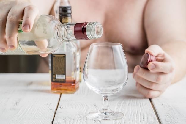 隔離中にアルコールを飲む男性