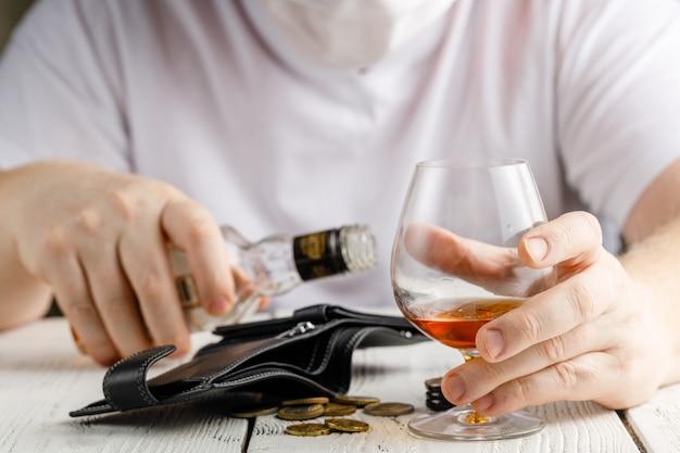 検疫、自己分離、コロナウイルスの流行。アルコールの流行により男性が家を出ません