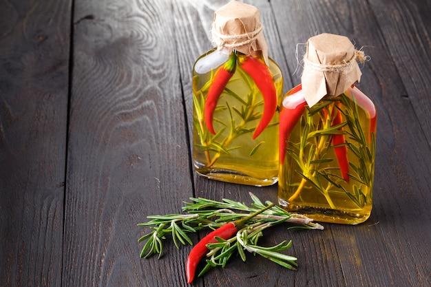 Несколько бутылок трав и специй, консервированных в красном и желтом цвете масла