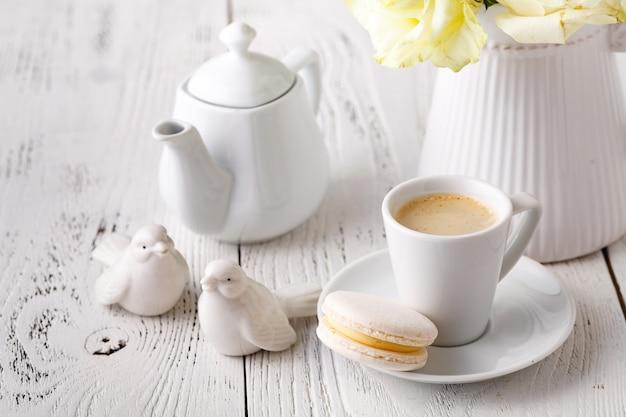 一杯のコーヒーとセラミックの鳥