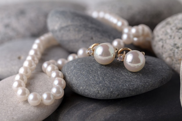Жемчужные ожерелья и серьги