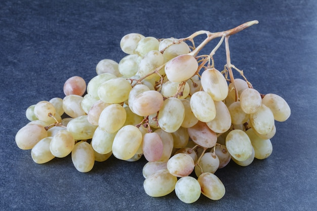 Гроздь винограда на деревянном полу, виноградная гроздь картинок в разных концепциях. природные гроздья винограда, виноградники и виноград,