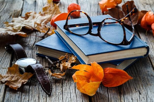 Падение - начало студенческого семестра, лист и ботинок на столе