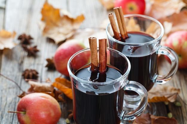 木製のテーブルにガラスのホットホットワイン