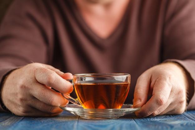 熱いお茶の男性ホールドカップ