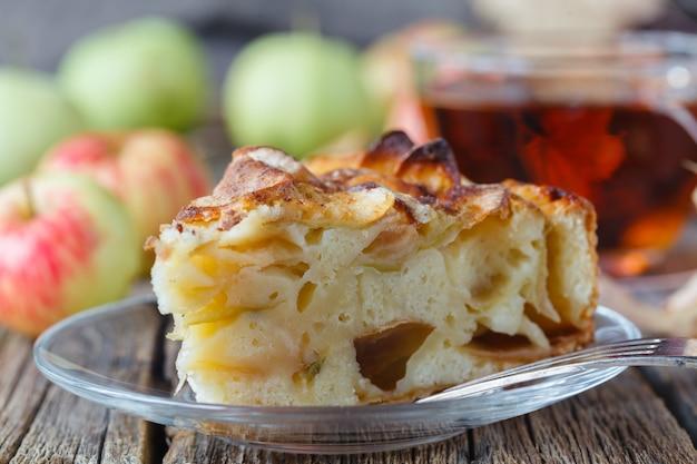 Пирог с органическими яблоками и горячим заваренным чаем