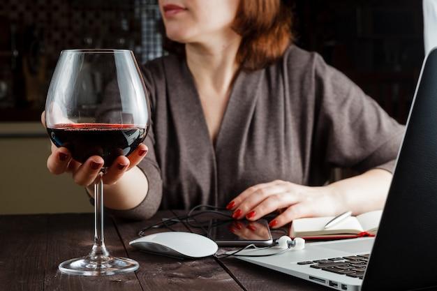 ガラスの赤ワインと美しい女性
