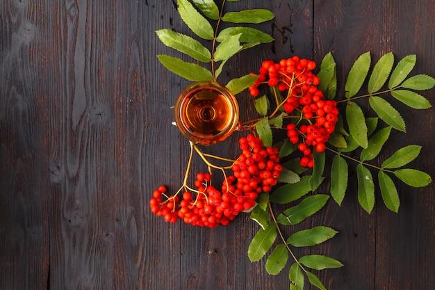 ナナカマドの果実を含む、冬のローワンベリー天然チンキ