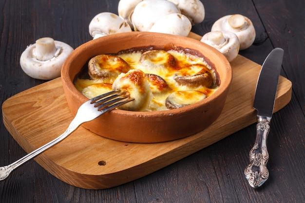 Грузинская кухня: грибы, запеченные с сыром сулугуни на кеци