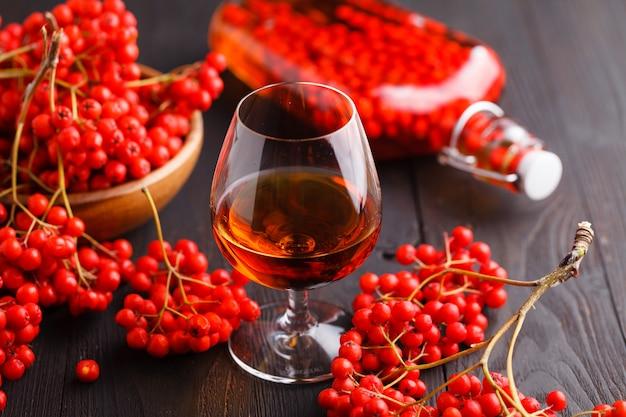 ナナカマドの手作りナナカマドウォッカと赤い果実