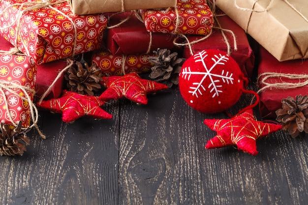 Рождественская подарочная коробка. подарки на рождество в красных коробках на деревянном столе.