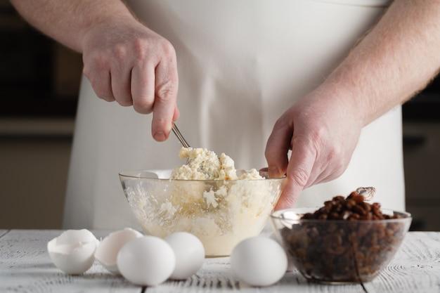 Взбивать микс теста для печенья