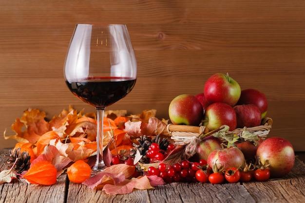 素朴な木製の空間でグラスにワインを落ちる