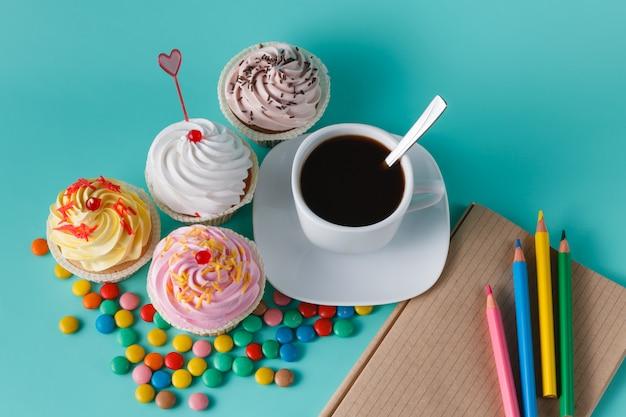 Кексы с красочными конфетти и чашкой кофе