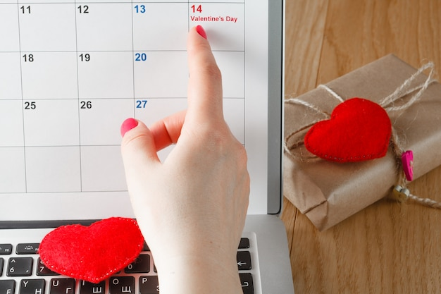 Женский палец указывает на день святого валентина