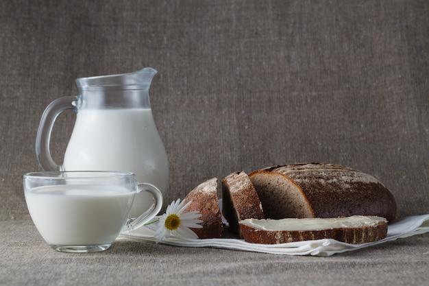 健康的な朝食のコンセプトです。牛乳入りパン