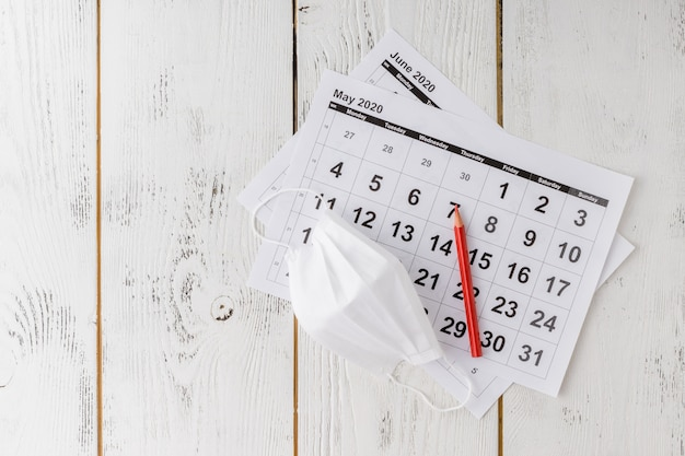 Защитная медицинская маска на календарных листах.