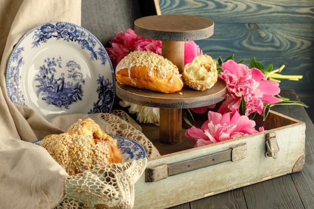 牡丹の花の近くの朝食ペストリー