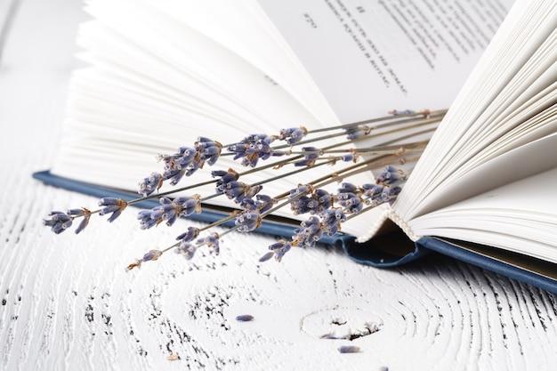 いい思い出、乾いたラベンダーと草と本の花束