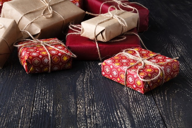 Несколько подарочных коробок на деревянном столе