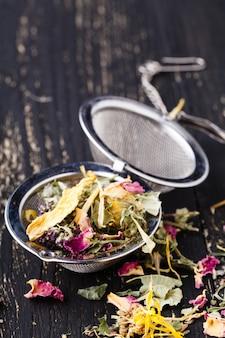 乾燥ハーブ茶は木製のテーブルに横たわっていた