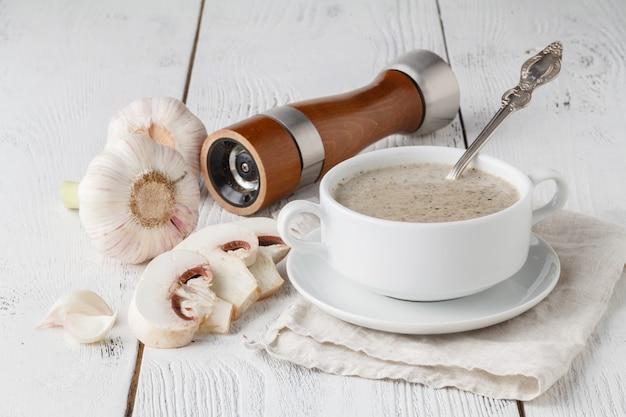 木製のテーブルに自家製キノコのクリームスープ