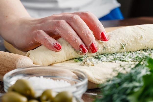 Приготовление хлеба чиабатта с чесноком, средиземноморскими оливками