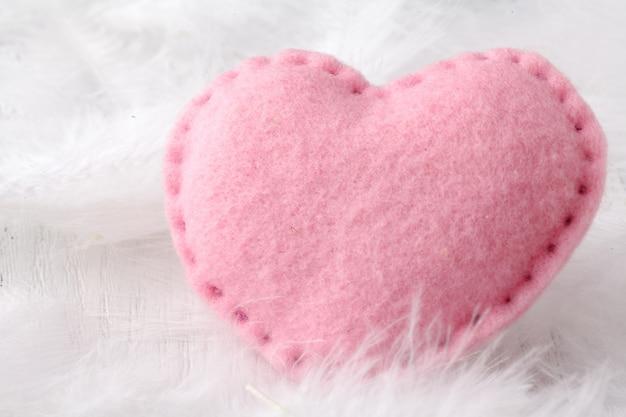 Мягкое сердце на белом фоне