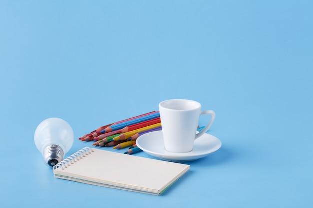 Куча цветных карандашей на голубом фоне